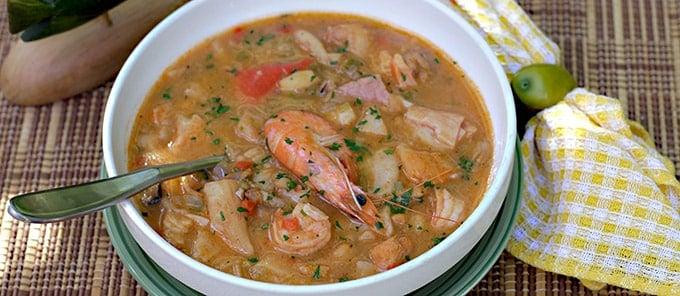 Una sopa exquisita, con mucho sabor y color! Para los amantes de la comida de mar, éste es el plato perfecto, solo hay que seguir el paso a paso!