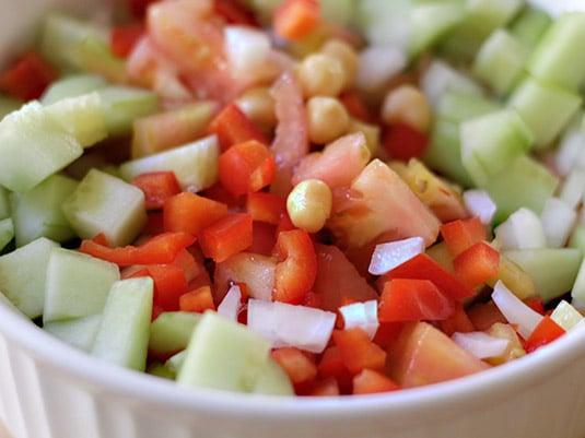 Agregar los vegetales cortados, mezclar.