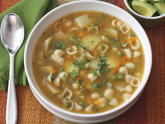 Servir caliente con cilantro picado por encima, acompañar aguacate.