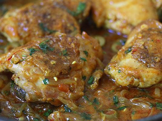 Regresar las piezas de pollo al sartén y dejar cocinar por tres minutos más.